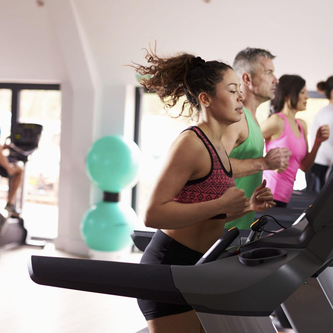Chạy bộ trên máy chạy bộ điện đều đặn mỗi ngày.
