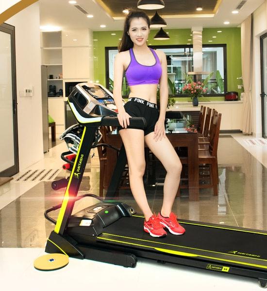 Máy chạy bộ giúp toàn thân được vận động, tốt cho mọi đối tượng từ người già, giới trẻ đến dân gym